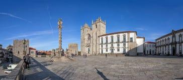 La cattedrale di Oporto o il Se Catedral fa Oporto e la gogna nel Se di Terreiro da del quadrato della cattedrale aka Fotografie Stock Libere da Diritti