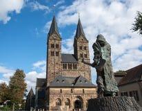 La cattedrale di piccola città tedesca Fritzlar con la statua fotografie stock libere da diritti