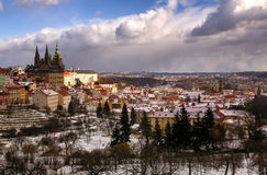La cattedrale di stupore della st Vitus durante il giorno di inverno dopo forte nevicata infuria con la copertura di neve ai tett Immagine Stock Libera da Diritti