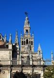 La cattedrale e Giralda si elevano, Siviglia, Spagna. Fotografie Stock Libere da Diritti