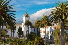 La cattedrale Latacunga Ecuador e Vincente Leon parcheggia con il sole Immagine Stock