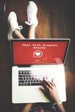La causerie avec choisit le concept en ligne Romance d'amour voisin Photos libres de droits