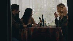 La causerie de fille avec des couples à la table avec de l'alcool boit sur la terrasse de la maison de campagne banque de vidéos