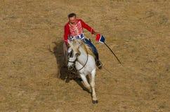 La cavalleria combatte, soldato sul cavallo bianco Immagini Stock