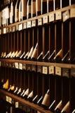 La cave avec l'élite boit sur des étagères avec des noms écrits Photo libre de droits