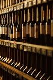 La cave avec l'élite boit sur des étagères avec des noms écrits Photos stock