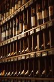 La cave avec l'élite boit sur des étagères avec des noms écrits Photo stock