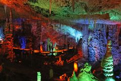La caverne d'Avshalom, également connue sous le nom de caverne de Soreq, de grandes stalactites foudroient près de Bet Shemesh photos stock