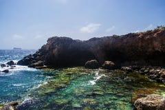 La caverne de Ghar Lapsi dans Siggiewi, Malte photo libre de droits