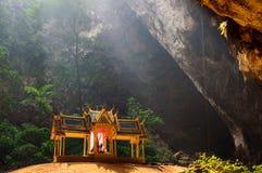 La caverne de Phraya Nakhon est l'attraction de les plus populaires est un pavillon quatre-à pignon construit pendant le règne du Images libres de droits