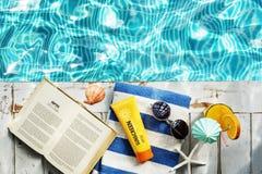 La cavità del libro dell'asciugamano degli occhiali da sole della protezione solare si rilassa il concetto Fotografie Stock Libere da Diritti