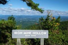 La cavità della miniera del ferro trascura da Ridge Parkway blu Fotografia Stock