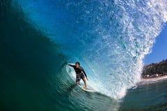 La cavità praticante il surfing di perfezione di inverno fluttua la foto dell'acqua Fotografia Stock Libera da Diritti