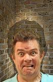 La caza asustada asustada fóbica de la fobia de la pared de ladrillo del callejón sin salida atrapó imagen de archivo libre de regalías
