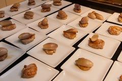 La cebolla gastrónoma de la carne y del chalote que se viste con la baya sauce arrancadores gastrónomos deliciosos del canapé Fotografía de archivo