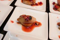 La cebolla gastrónoma de la carne y del chalote que se viste con la baya sauce arrancadores gastrónomos deliciosos del canapé Fotos de archivo libres de regalías