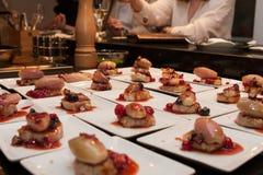 La cebolla gastrónoma de la carne y del chalote que se viste con la baya sauce arrancadores gastrónomos deliciosos del canapé Foto de archivo libre de regalías