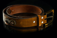 La ceinture des nouveaux hommes en cuir bruns élégants Photo stock