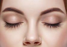 La ceja cerrada mujer de los ojos observa latigazos fotografía de archivo libre de regalías