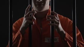 La celda de prisión conmovedora maniaca insana barra para pena de muerte que espera, smirking almacen de video