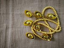 La celebración china del Año Nuevo con la decoración, los lingotes del oro y las perlas de oro representan el lujo y la prosperid Fotografía de archivo libre de regalías