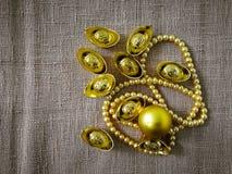 La celebración china del Año Nuevo con la decoración, los lingotes del oro y las perlas de oro representan el lujo y la prosperid Foto de archivo libre de regalías