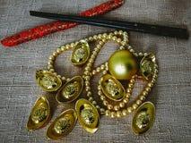 La celebración china del Año Nuevo con la decoración, los lingotes del oro y las perlas de oro representan el lujo y la prosperid Fotos de archivo libres de regalías