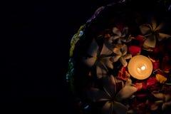 La celebración de Diwali, se cierra encima de la vista de Uruli adornó con las flores del agua y la luz del té imagen de archivo
