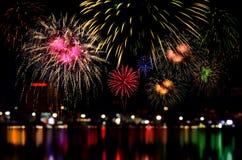 La celebración de los fuegos artificiales y la noche de la ciudad encienden el fondo Imagen de archivo libre de regalías