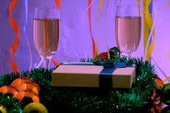 La celebración de la Navidad y el Año Nuevo con champán El día de fiesta de la Navidad adornó la tabla Imagenes de archivo