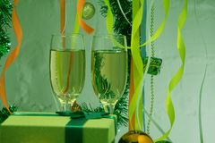 La celebración de la Navidad y el Año Nuevo con champán Día de fiesta de la Navidad adornado Imagen de archivo libre de regalías