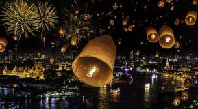 La celebración del Año Nuevo con el fuego artificial y el yeepeend flotan Imagen de archivo
