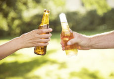 La celebración del alcohol de la cerveza de las alegrías al aire libre tuesta concepto fotos de archivo libres de regalías