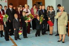 La celebración del día de conocimiento en una de las escuelas rurales de la región de Kaluga de Rusia Fotografía de archivo libre de regalías
