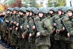 La celebración del defensor del día de la patria, formación de soldados ucranianos Imágenes de archivo libres de regalías