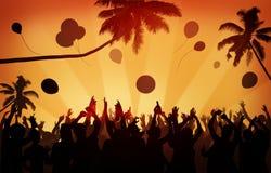 La celebración del partido de la muchedumbre de la gente bebe concepto aumentado los brazos Imagenes de archivo