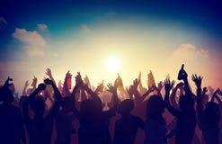 La celebración del partido de la muchedumbre de la gente bebe concepto aumentado los brazos Imagen de archivo