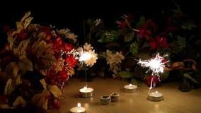 La celebración mira al trasluz chispas y las flores almacen de video