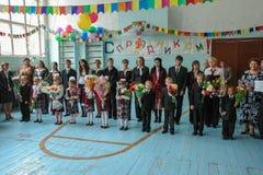La celebrazione del giorno di conoscenza in una delle scuole rurali della regione di Kaluga di Russia Immagini Stock Libere da Diritti