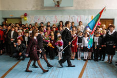 La celebrazione del giorno di conoscenza in una delle scuole rurali della regione di Kaluga di Russia Immagine Stock