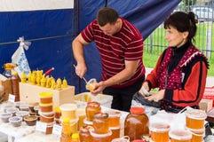La celebrazione del giorno di miele nella città russa di Medyn, regione di Kaluga il 14 agosto 2016 fotografia stock