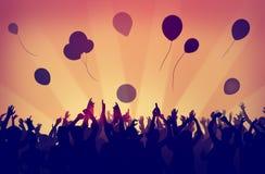 La celebrazione del partito della folla della gente beve il concetto sollevato armi Immagini Stock