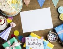 La celebrazione di compleanno con il dolce presenta lo spazio della copia della carta fotografia stock