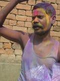 La celebrazione di Holi di festival sul proprio umore fotografia stock libera da diritti