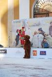 La celebrazione di Maslenitsa nella propriet? Arcangelo Gli attori danno una manifestazione del immaginazione-vestito immagine stock