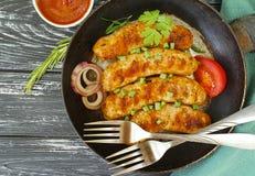 la cena casalinga arrostita su una pentola, il pomodoro, cipolla della salsiccia, arrostisce col barbecue rustico su un vecchio d Fotografia Stock