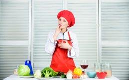 La cena de boda con la carne del rodillo fum? y los tomates dieting Cocinero profesional en cocina mujer en sombrero y delantal d imagenes de archivo