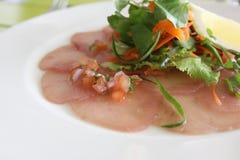 La cena de boda con la carne del rodillo fumó y los tomates Foto de archivo