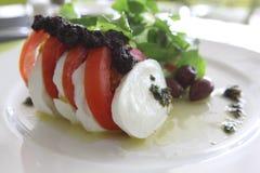 La cena de boda con la carne del rodillo fumó y los tomates Fotos de archivo libres de regalías