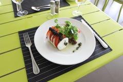 La cena de boda con la carne del rodillo fumó y los tomates Imagenes de archivo